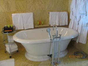 Brickell Suite Tub